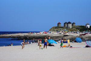 banhistas na praia de apulia